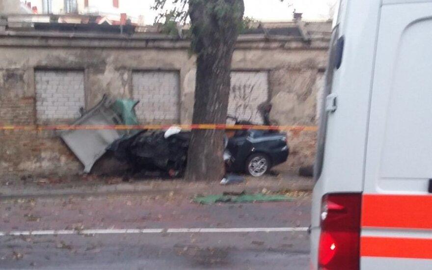 Kraupi nelaimė Vilniuje: ugniagesiai gelbėtojai iš automobilio vaduoja žmogų