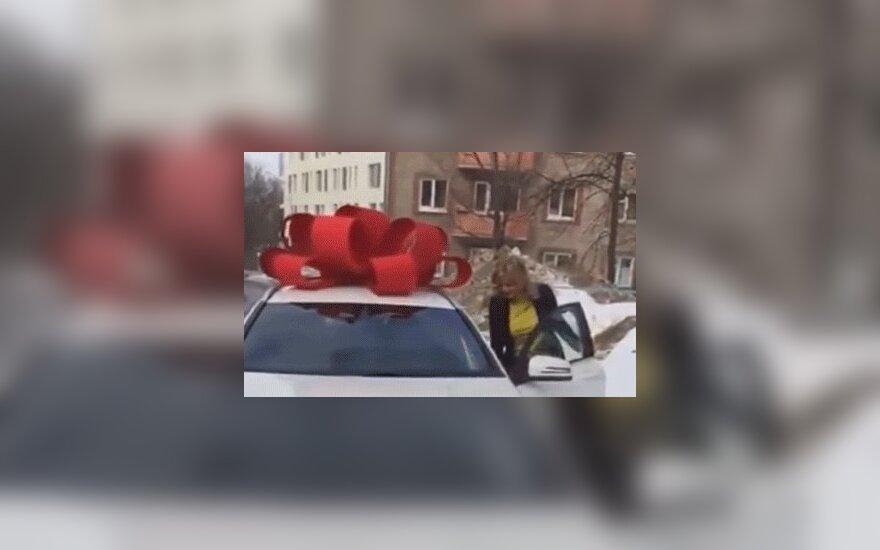 Бывает: в России борец с коррупцией подарил любимой шикарный автомобиль