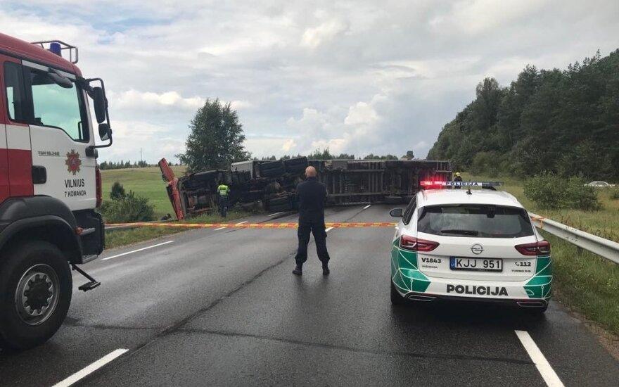 В Вильнюсском районе перевернулся тягач и перекрыл дорогу