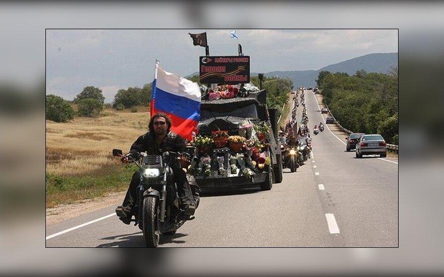 """""""Ночных волков"""" в Праге на кладбище встретили протестами"""