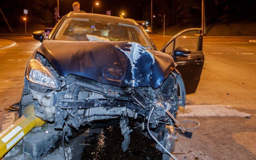В Вильнюсе водитель снес два светофора