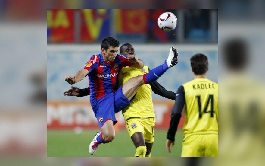 "Markas Gonzalezas (CSKA, kairėje) kovoja su Leony Kweuke (""Sparta"")"