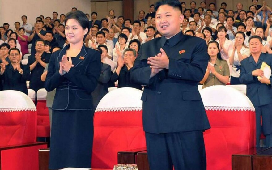 Kim Jon Unas ir, spėjama, jo sesuo Kim Yo Jong arba partnerė