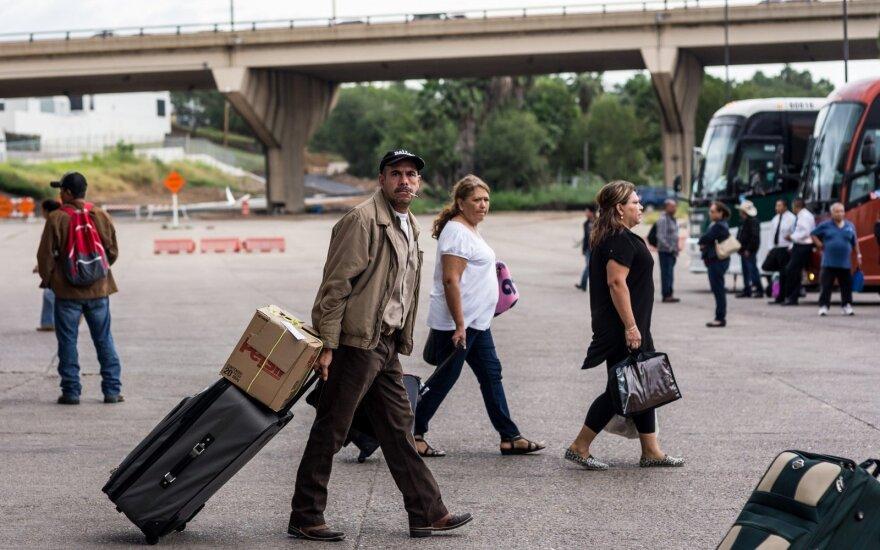Нелегально въезжать в США через Мексику стали почти в два раза реже