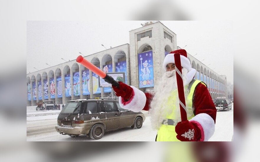 Kelių policijos pareigūnas, apsirengęs Senio Šalčio kostiumu, stovi Biškeko gatvėje.