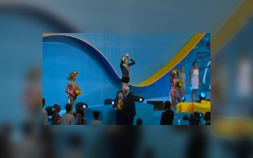 Украинской гимнастке вручили золото под российский гимн