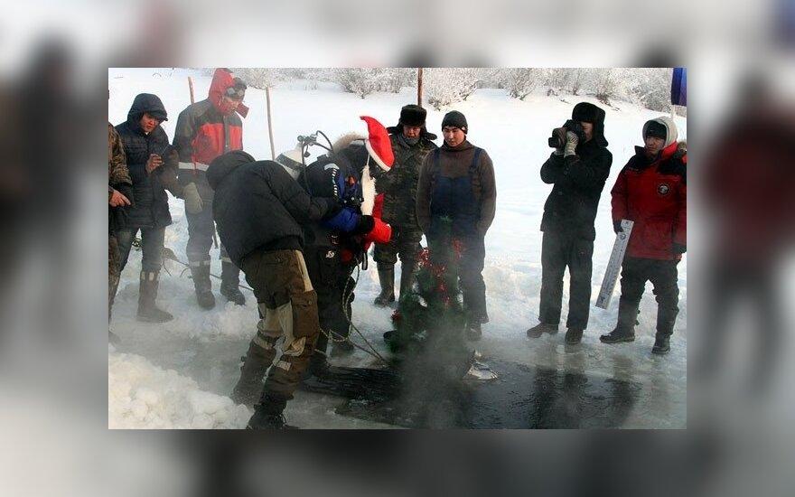 Якутия: водолазы установили новогоднюю елку на дне реки