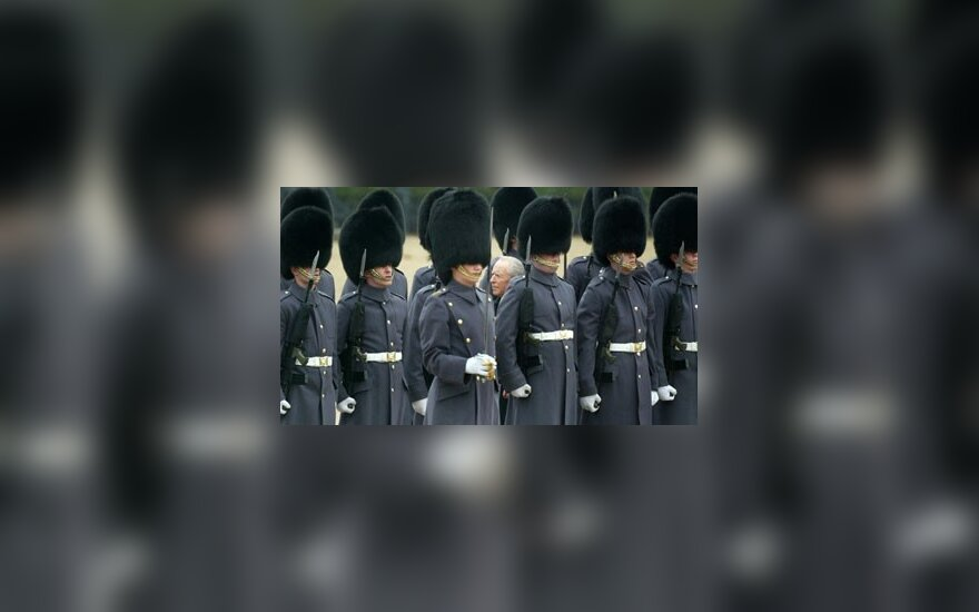 Italijos Prezidentas Carlo Azeglio Ciampi apžiūrinėja Britanijos Karališkosios Šeimos Gvardiją savo vizito Londone metu.