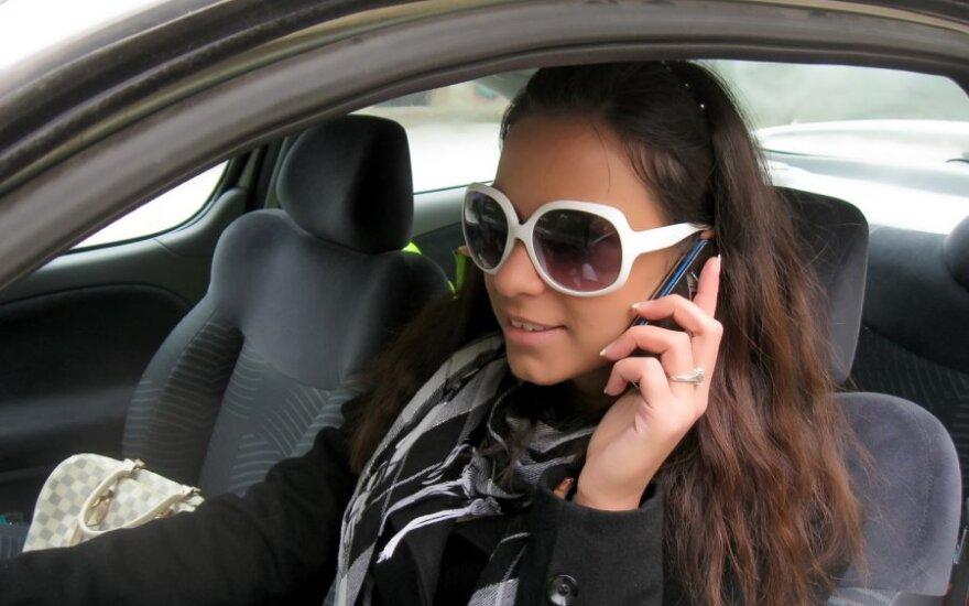 Mobilusis telefonas prie vairo