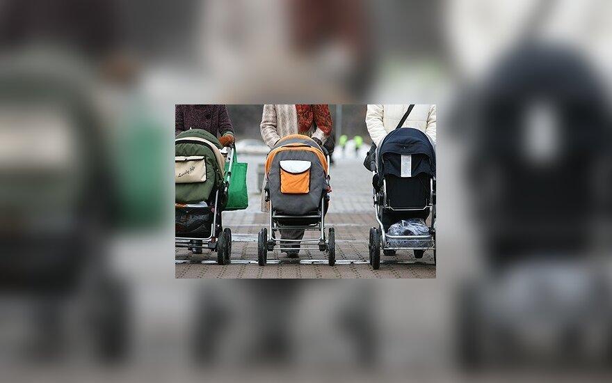 Moterys su vaiko vežimėliais