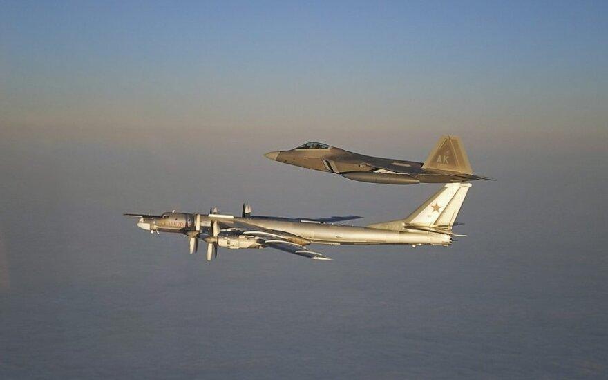 """Bombonešis """"Tu-95MS"""" ir JAV naikintuvas F-22A"""