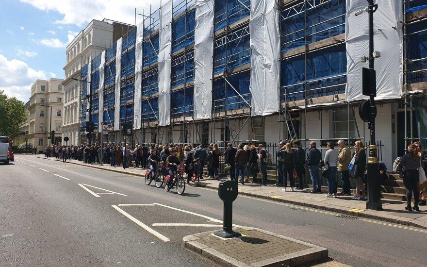 У посольств стояли очереди желающих проголосовать на выборах президента и референдумах