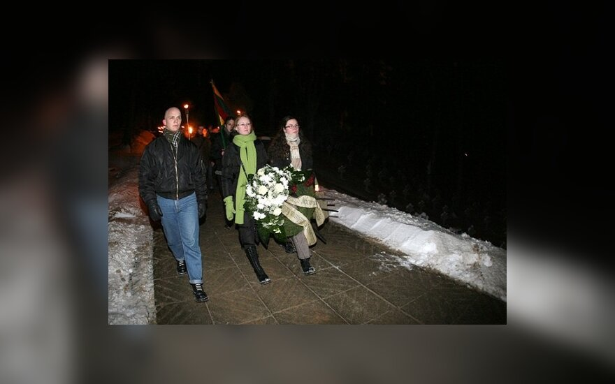 Националисты почтили память жертв 13 января шествием с факелами