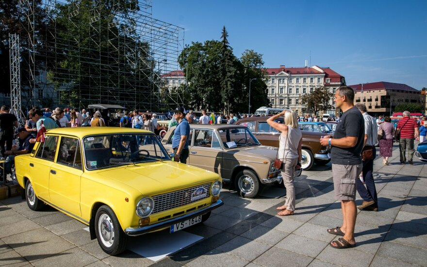 В Вильнюсе в память о Балтийском пути прошел автопробег ретро-автомобилей