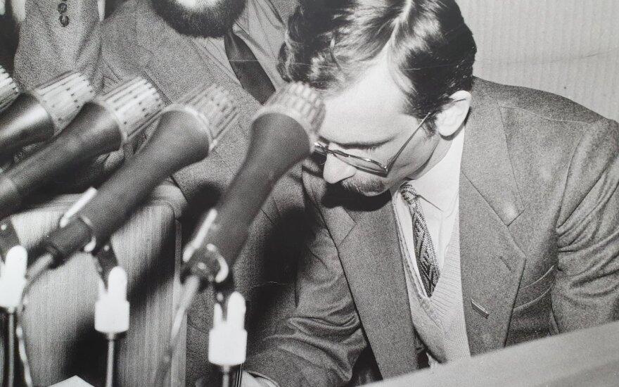 1990 m. kovo 11 d. 23.43 val. E. Bičkauskas pasirašo Lietuvos Nepriklausomybės Aktą.