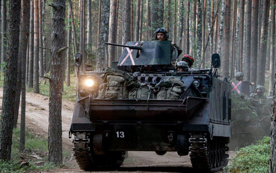 В Шяуляйском районе перевернулся БТР, пострадали 5 военных