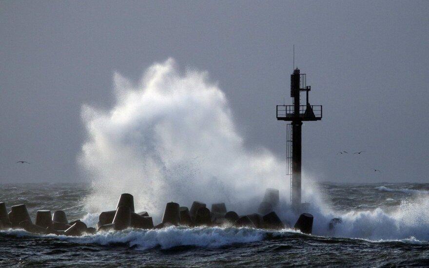 В Литве поднялся сильный ветер – на взморье он приближается к ураганному