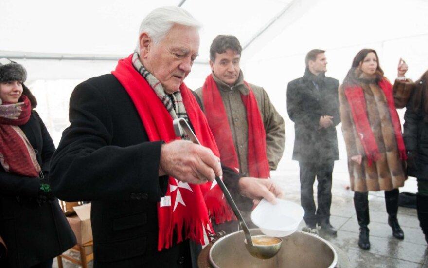 Prezidentas Valdas Adamkus dalina Maltiečių sriubą