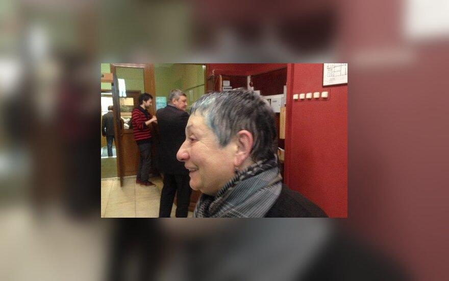 В Москве люди с георгиевскими лентами облили зеленкой Людмилу Улицкую