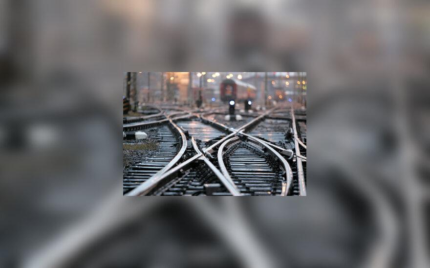 Bėgiai, traukiniai, stotis