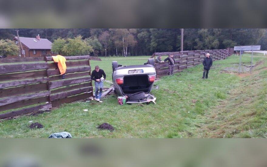 В Скуодасском районе автомобиль перевернулся и сломал забор