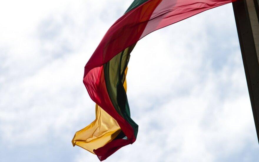 В Клайпеде хулиганы перевернули флаги и завязали на них черные ленты