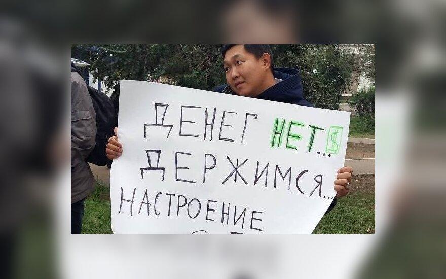 """Пикетчики показали Медведеву плакаты """"Денег нет. Держимся"""" и были задержаны"""