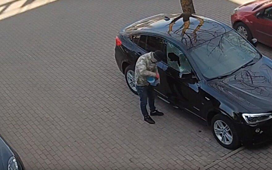 Полиция просит опознать мужчину, который пытался поджечь BMW X4 в Каунасе