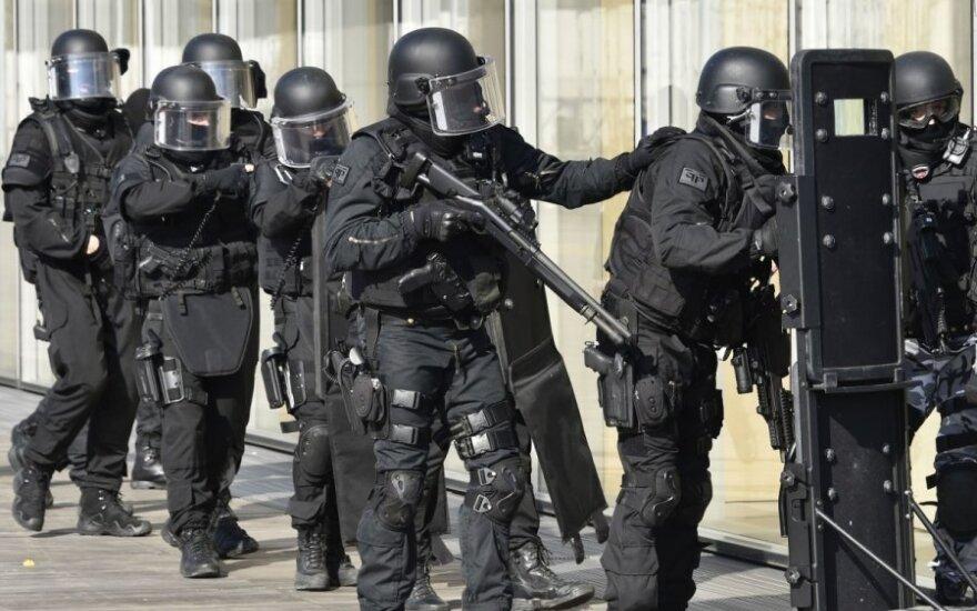 Под Парижем десять человек взяты в заложники в магазине