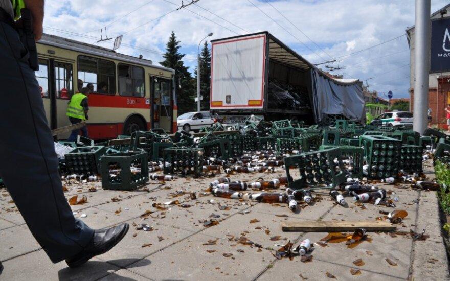 В Каунасе из прицепа вывалились сотни бутылок с латвийским пивом