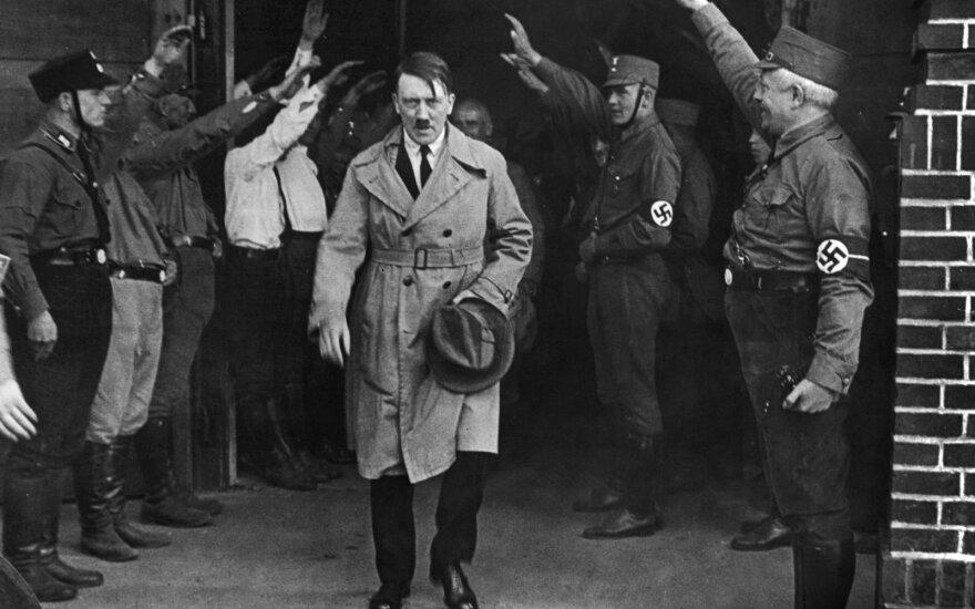 1931 m. Bylos nuotrauka. Adolfas Hitleris, nacionalsocialistų lyderis, palieka partijos būstinę Miunchene, Vokietijoje