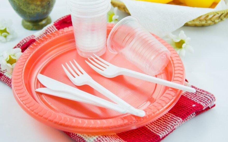 Литовских производителей беспокоят планы ЕК запретить пластиковую посуду и соломку