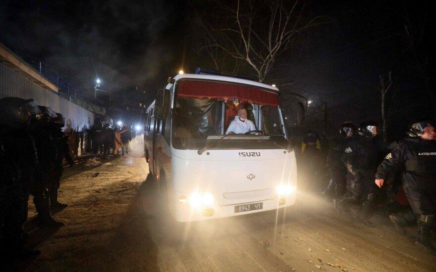 Ukrainoje protestuotojai susirėmė su policija dėl evakuotųjų iš Kinijos