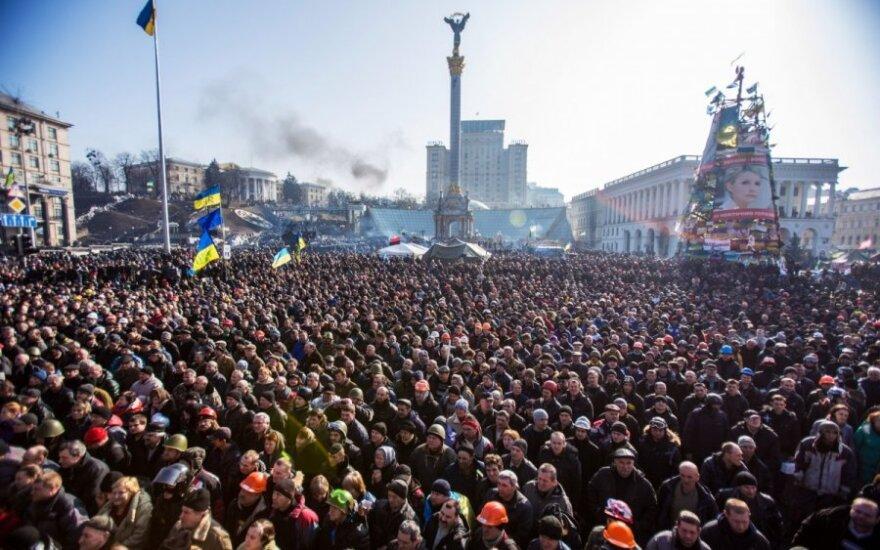 Верховная Рада восстановила Конституцию 2004 года, на Майдан стекаются люди