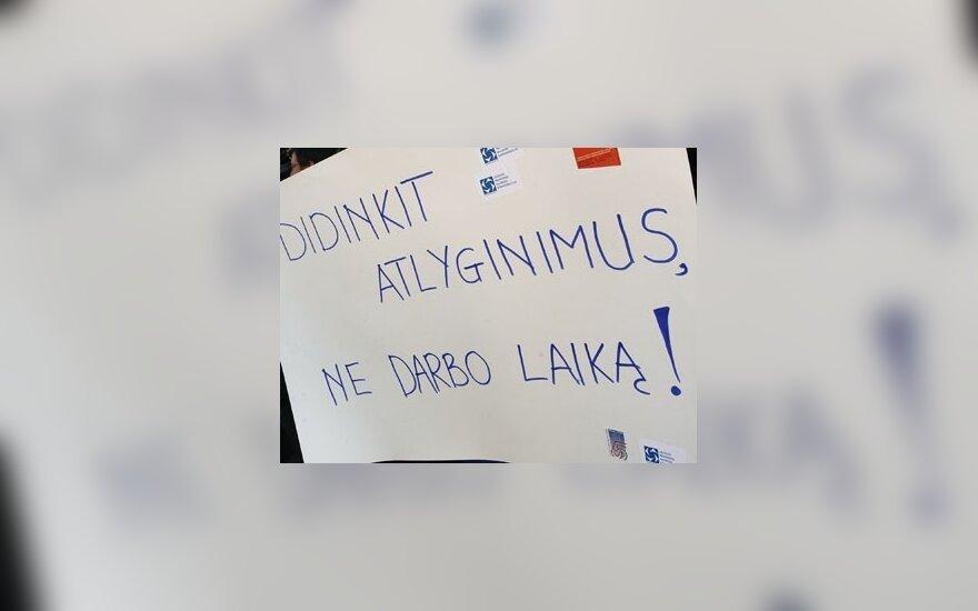Piketuojančių profsąjungų atstovų plakatas