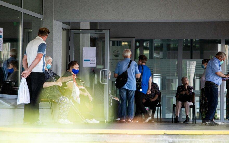 Достучаться до врачей в Литве невозможно, пациенты от злости пинают двери поликлиник
