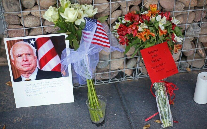 В Литве почтили память скончавшегося сенатора Дж. Маккейна