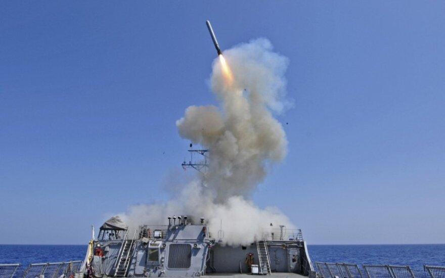 """JAV karo laivas """"USS Barry"""" leidžia raketą"""