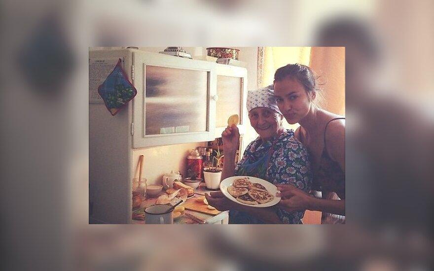 Ирина Шейк отменила все съемки - ее бабушка впала в кому