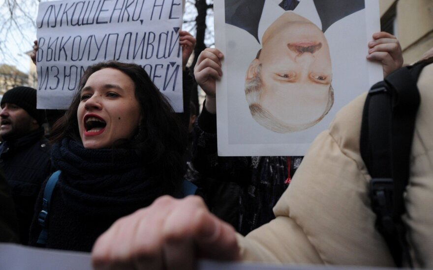 """Лукашенко отменил """"налог на тунеядцев"""". Но лишит льгот неработающих"""