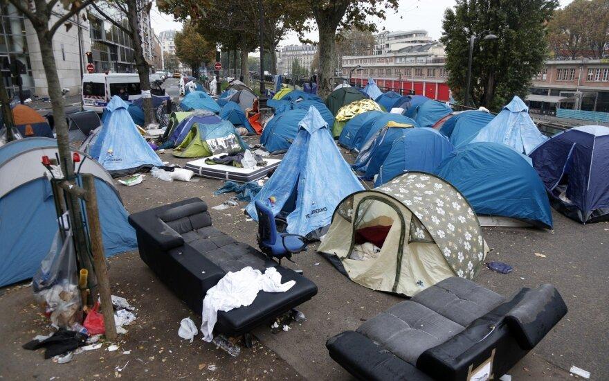 """Полиция Парижа закрывает лагерь мигрантов у метро """"Сталинград"""""""