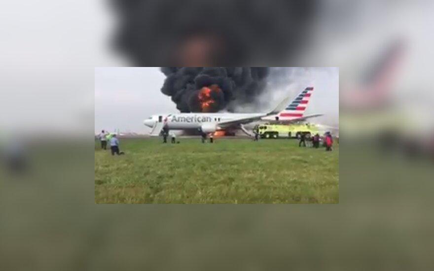 Самолет American Airlines загорелся в аэропорту Чикаго