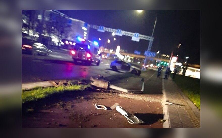 В Вильнюсе во время ДТП BMW снес столб и перевернулся