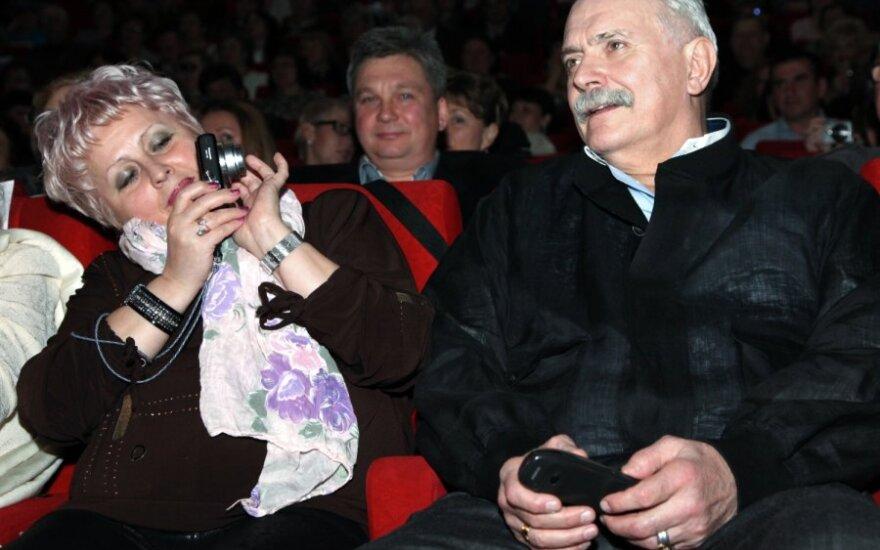 Михалков станцевал с цыганами для дочери Чаплина