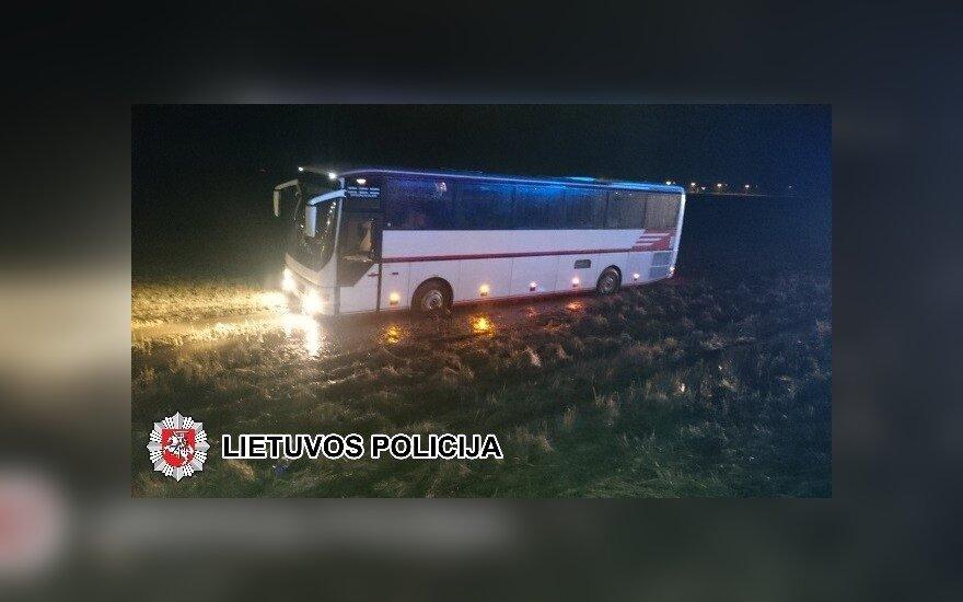 Под Паневежисом с дороги съехал автобус с детьми из Беларуси
