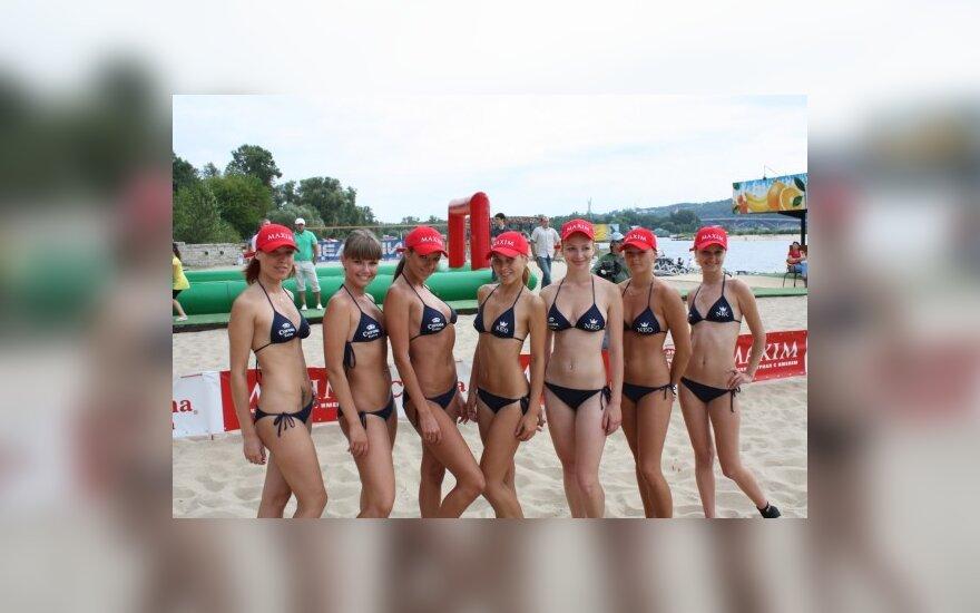 Киевские модели сыграли в волейбол в бикини
