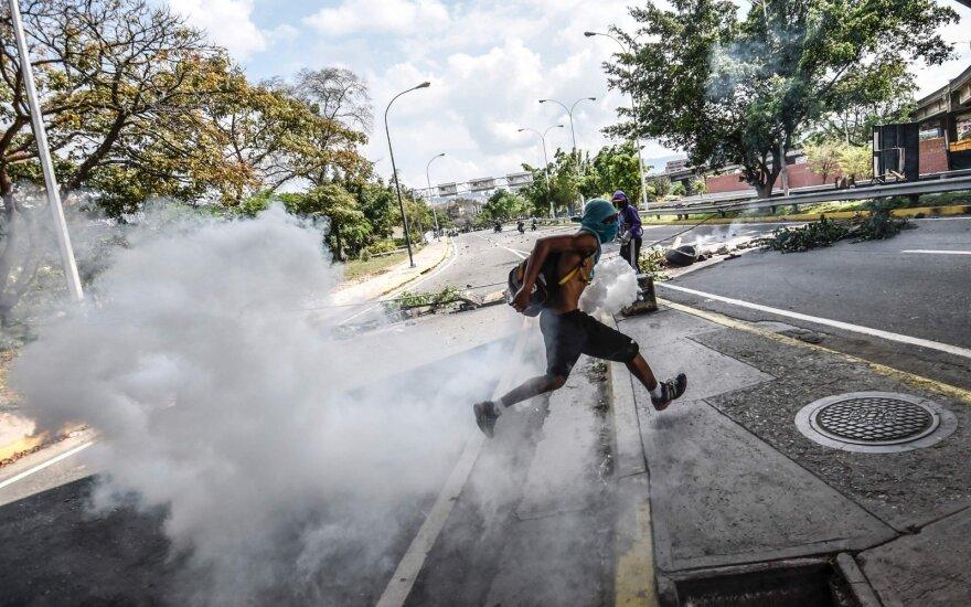 """Оппозиция в Венесуэле возводит баррикады, готовясь к """"мега-протесту"""""""