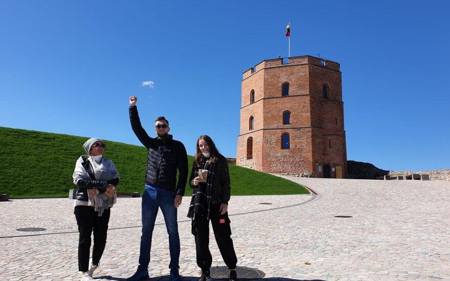 Первые туристы на башне Гедиминаса - граждане Латвии