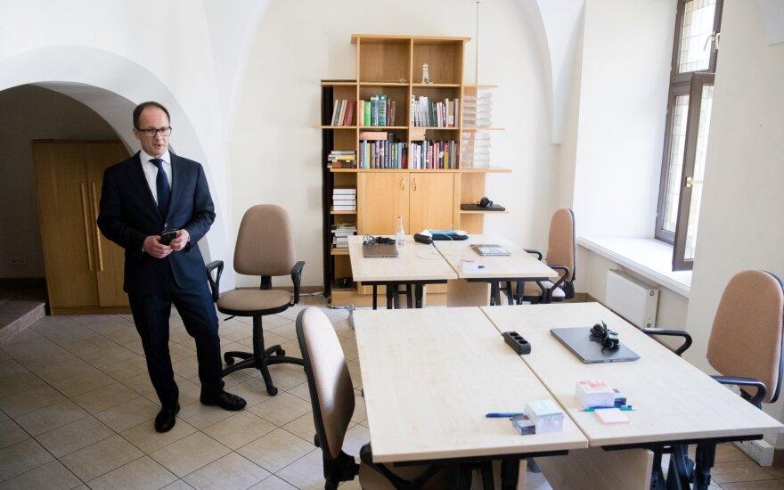 Рабочее место Науседы в президентском дворце: скромный кабинет с портретом Грибаускайте