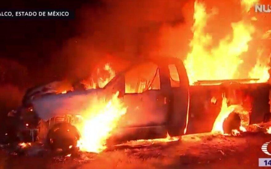 В Мексике сожгли автомобиль, врезавшийся в толпу паломников